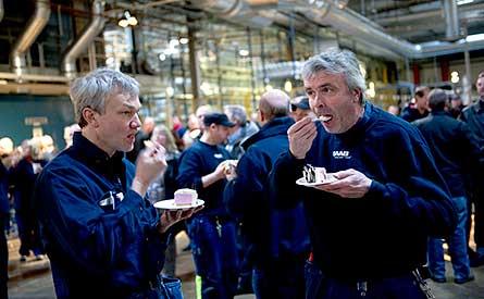 Sven Stolt och Stefan Johansson högg in på tårtan när Saab firade ett år som oberoende bilbolag. Foto: SCANPIX