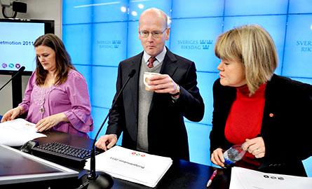 Mikaela Valtersson, MP, Thomas Östros, S och Ulla Andersson V presenterar den så kallade skuggbudgeten. Foto: SCANPIX