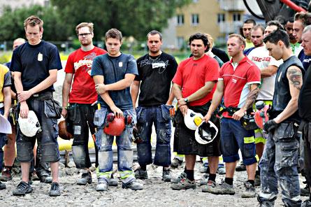 Arbetare på ett JM-bygge i Frösunda utanför Stockholm avbröt arbetet för att hedra dem som dött på jobbet. Foto: SCANPIX