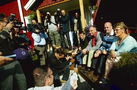 När den borgerliga alliansen bildades i augusti 2004 blev det aldrig något dopp i tunnan. Mikael Åström har ändå lyckats slå mynt av att näringsministern har en av hans badtunnor på gården. Foto: SCANPIX