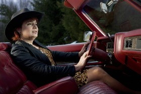 Vår. Då ska Louise Andersson ut på vägarna. Hon har lagt många timmar på att fixa till den röda Cadillacen. På den tiden när Louise fortfarande hette Bosse  var mekandet i garaget en flykt från verkligheten i fel kropp. Numera mekar hon för att skapa.  Foto: MAGNUS BERGSTRÖM