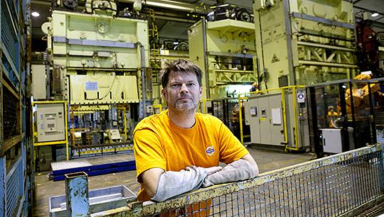 """Här i Olofström möter Volvo personvagnar framtiden. Gamla presslinjer ska bort och nya moderna varmformningspressar ska in. """"Jättebra, det gör våra jobb lite tryggare. Men hur länge kommer Geely fortsätta att satsa här?, säger Niklas Eriksson, pressoperatör sedan 23 år tillbaka.  Foto: HANS PETER BLOOM"""