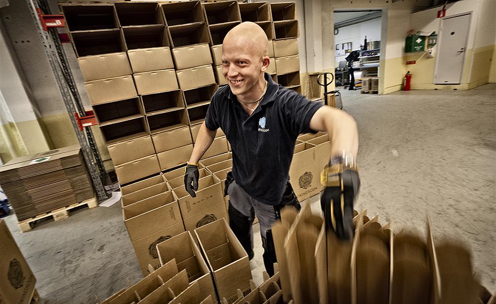 Jimmy Holmström har jobbat på Vikingsodas lager i snart två år. Jobbet är helt perfekt för Jimmy. Här får han utlopp för sin överskottsenergi.  Foto: DANIEL ROOS