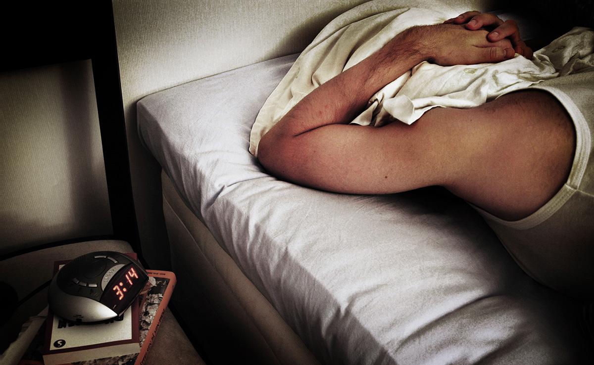 Att börja sova dåligt och vakna flera gånger per natt är vanligt när man drabbats av utmattningssyndrom. Bilden är arrangerad.
