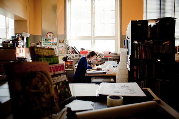 """Liv Strömquist läser aldrig sina gamla alster """"Nej ibland kan jag bli så chockad och tänka 'herregud, vad grovt sagt' och bli provocerad av mig själv"""", säger hon. Foto: ADAM HAGLUND"""