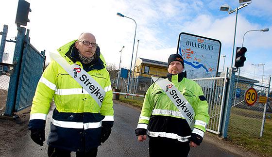 Strejkvakterna Micael Hallberg och Roger Wall utanför Skärblacka bruk, som var ett av de sex pappersbruk som togs ut i strejk under förra avtalsrörelsen.  Foto: JONAS EKSTRÖMER