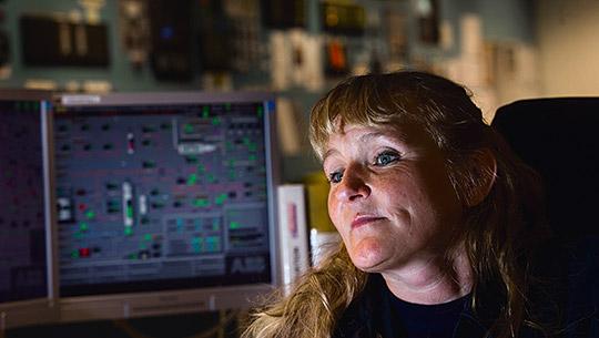 Anne Tegelaar föredrog att jobba i produktionen framför att sitta på kontoret. För lönens skull, men också för stämningen i fabriken.