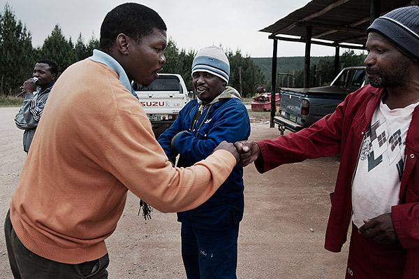 Mandla Tsabedze från fackförbundet Sapawu tillbringar många timmar bakom ratten. Att åka ut på arbetsplatserna är det enda sättet för facket att nå ut med information och att värva nya medlemmar. Foto: JACOB ZOCHERMAN