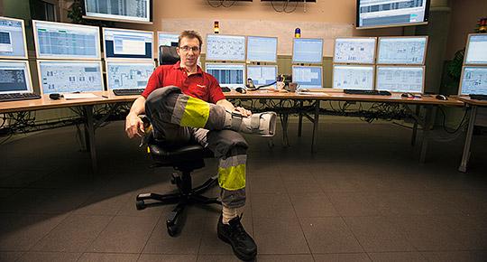 """Christer Ring är tillbaka på jobbet som ctmp-operatör på kartongfabriken i Fors. Badminton undviker han i framtiden. """"Det får bli Yatzy i stället."""" Foto: LARS DAHLSTRÖM"""