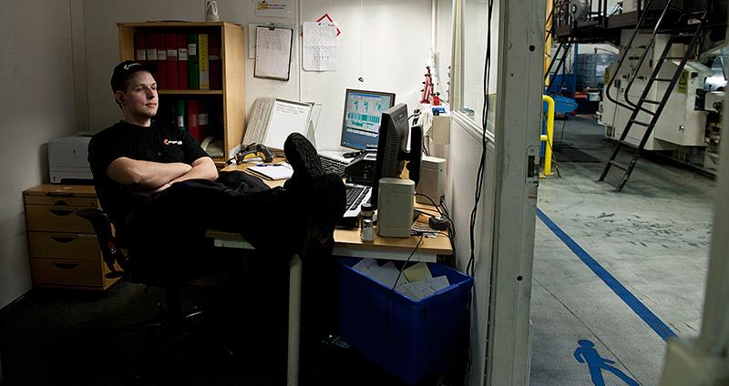 Jonas Larsson lyssnar gärna på böcker i kontrollrummet. Helst på engelska för att utmana lite mer. Gillar han den lyssnar han gärna på svenska för att se hur  översättningen skiljer sig från originalet. Foto: ULLA-CARIN EKBLOM