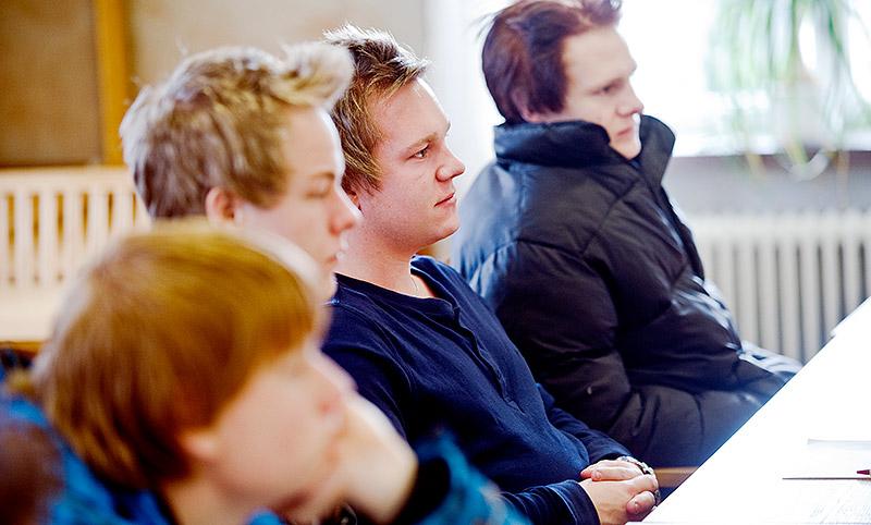 Bildtext Fordonselever på Carlsunds gymnasium i Motala får besök av IF Metall och Expo.  Foto: HENRIK WITT