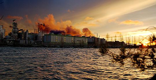 Stora Ensos pappersbruk Kaukopää i Imatra i Finland nära den ryska gränsen. Finland ligger i topp när det gäller löner på bruken. En delförklaring kan vara att man, till skillnad från i Sverige, stängt ner många mindre, olönsamma bruk.  Foto: KAI SKYTTÄ/CARTINA