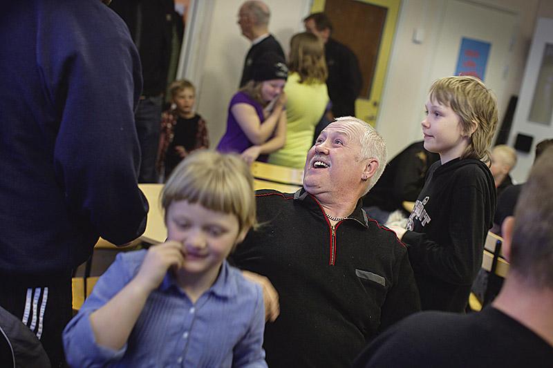 Svåra känslor av skam och skuld, som behandlades på fel sätt, gjorde det omöjligt för Tore Hägbom att fortsätta sitt arbete på Nordkalk på Gotland. Oddsen var låga för att få sina besvär erkända som arbetsskada. Men han lyckades. Nu hjälper han Fiskeklubbens barn att snickra en gång i veckan.