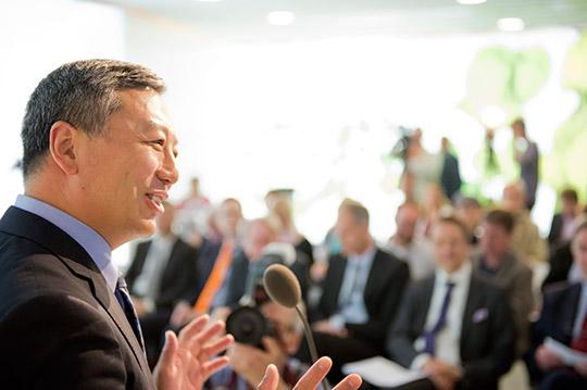 Kai Johan Jiang, vd för National Electric Vehicle Sweden, under presskonferens i Trollhättan. Konkursförvaltarna bekräftar att det är National Electric Vehicle Sweden som köper Saabs konkursbo. Foto: ADAM IHSE