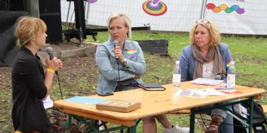 Kommunals satsning på hbt-frågor togs upp på ett möte på Pride. Från vänster Klara Nygren, Elisabeth Haug och Yvonne Chevallerau. Foto: MARIE EKBOM