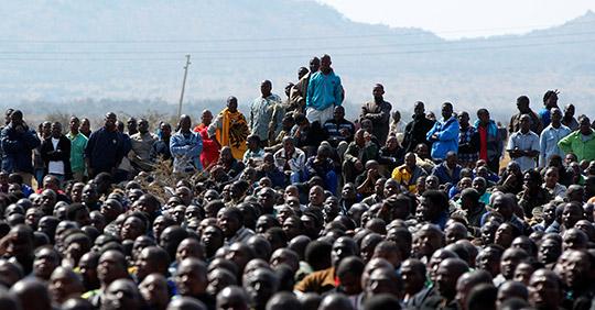 Under lördagen lyssnade gruvarbetarna till tidigare ungdomsledaren i ANC, Julius Malema. Foto: THEMBA HADEBE