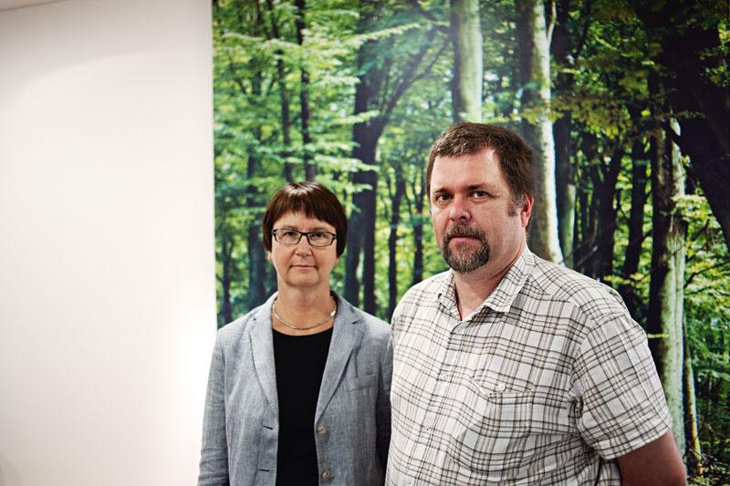 Sveaskog kan inte ta över entreprenörernas arbetsgivaransvar, säger Karin Ericsson, personalchef, och Anders Johansson, personalspecialist på Sveaskog.      Foto: OLA HÅKANSSON