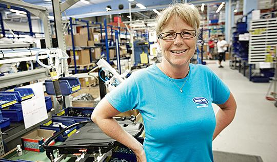 """När Sandra Vigstrand började på Invacare byggde montörerna hela rullstolar – men inget lönesystem fanns. Nu monteras stolarna på en line – och idag har man ett lönesystem. """"Rotationen gör att det inte blir för enahanda"""", säger hon. Foto: HANS RUNESSON"""