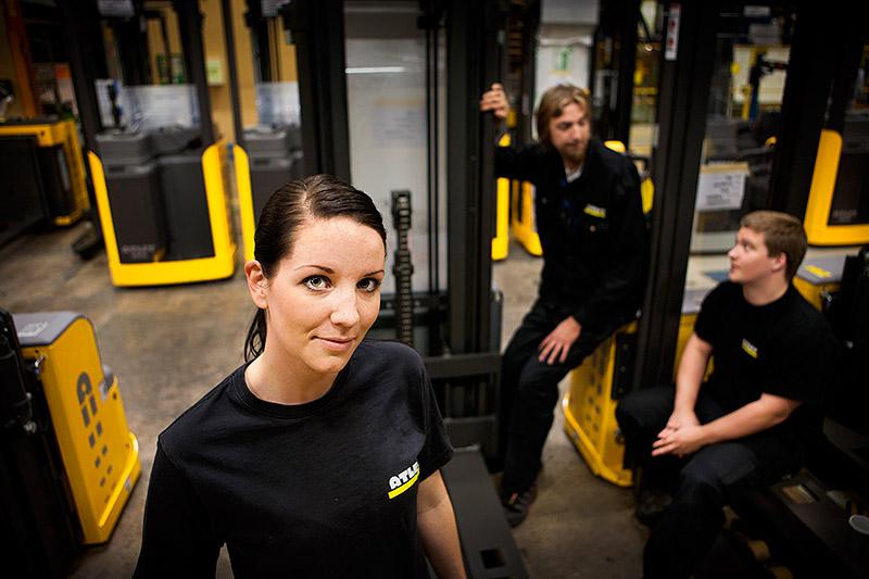 Varierad tid. De jobbar fyradagarsvecka ibland, femdagars ibland. Men lönen är densamma. Trucktillverkaren Atlet  i Göteborg har en egen modell där arbets-givaren har 24 dagar att fördela över året. Lite ryckigt, säger montörerna Veronica Braw, Andreas Lundgren och Kim Mayer. Foto: SÖREN HÅKANLIND