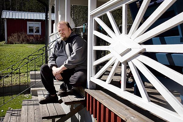 Solen sken i maj 2012, men det såg mörkt ut för Jonas Emanuelsson. Nu har han vunnit i Förvaltningsrätten och får några tusenlappar mer att leva på i månaden. Foto: JOHAN GUNSÉUS