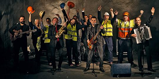 """""""Körarna hade skyddsombudsknapparna på sig för att komma i stämning"""", berättar sångaren och basisten Vlatko Gicarevski i det skyddsombudstäta bandet Andra generationen. Foto: FERHAT DENIZ FORS"""