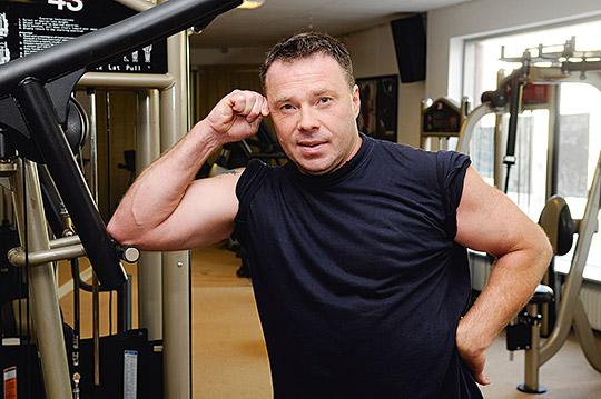 Billy Hallberg har lyft vikter hela sitt liv. Som inspirationskälla finns grannen Magnus Samuelsson, som haft titeln världens starkaste man.   Foto: PER SVENSSON BORRUD