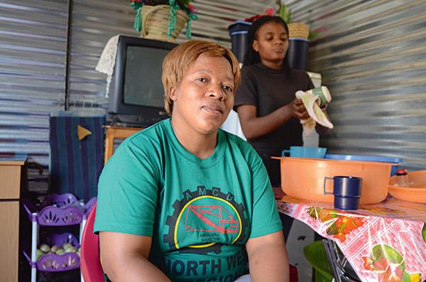 Caroline Mtshazo med 19-åriga dotter Ndileka Bululu, i sitt hem i västra Marikana i Sydafrika. Caroline har inte längre något förtroende för sin gamla fackförening NUM, utan har gått över till konkurrerande AMCU. Foto: EVA-LOTTA JANSSON