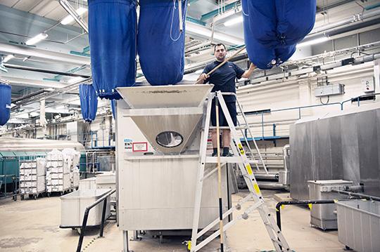 Rörskötaren Dovran Wilson är en av dem som fick en extra höjning förra hösten. Han jobbar i tvätthallen och övervakar den datorstyrda linan med tvättsäckar. Fastnar en säck,  eller om det blir stopp i någon av tvättmaskinerna, rycker han in.  Foto: OLA HÅKANSSON