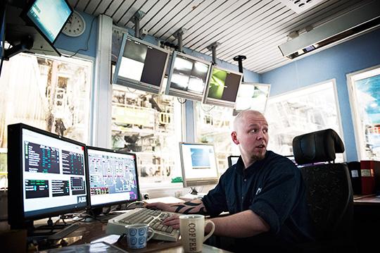 """Det är dags att ställa om pappersmaskinen för returpapper. Jonas Jansson övervakar processen. Han tycker att LO:s krav på 2,8 procents löneökningar är okej. """"Det är lite sura tider nu, så det är en rimlig nivå"""", säger han. Foto: OLA HÅKANSSON"""