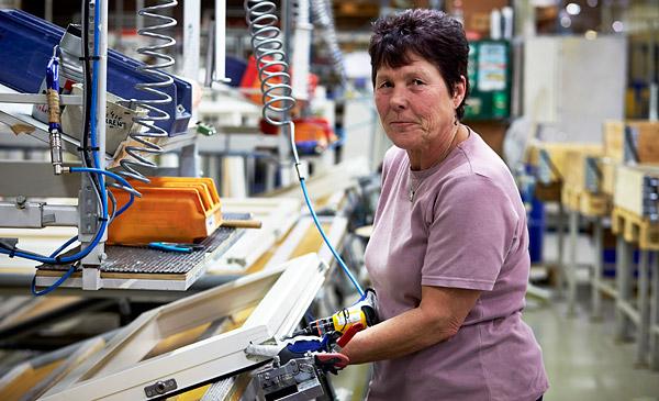 """Gunilla Holmström syns i varselstatistiken. Hon hann precis få fast jobb innan Elitfönster tvingades varsla. I slutet av januari går hon hem. """"Jag har trivts så himla bra  här. Vi har varit som en familj."""" Foto: HANS RUNESSON"""