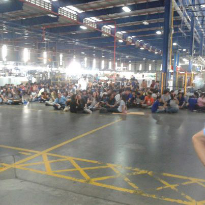 Enligt Dagens Arbetes källor är det strejkande arbetare på bilden. Electrolux hävdar att det rör sig om ett ordinarie informationsmöte. Foto: PRIVAT
