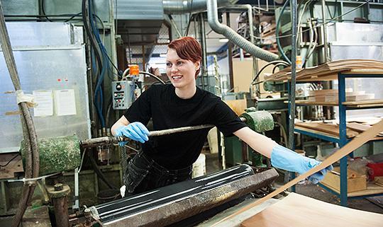 Ida Lavesson blev uppsagd men vägrade ge upp. En utbildning var det hon behövde för att kunna stanna inom möbelindustrin. Foto: LENNART MÅNSSON