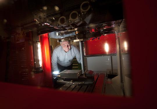 Stellan Bjursell blev av med jobbet efter 35 år i industrin, en bransch som han tycker om för mycket för att kunna släppa. Nu är han nyutbildad och tänker fortsätta jobba länge till. Foto: Joachim Nywall