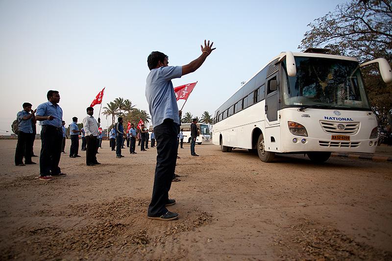 Trots strejken var produktionen i fabriken i full gång. Strejkbrytare bussades in på fabriksområdet skyddade av väktare.