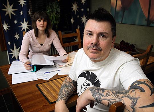 Det blev många vändor till norska försäkringskassan för Patrick Larsson och hans sambo Marina Henrysson efter att Patrick blivit sjuk. Foto: OLLE PERSSON