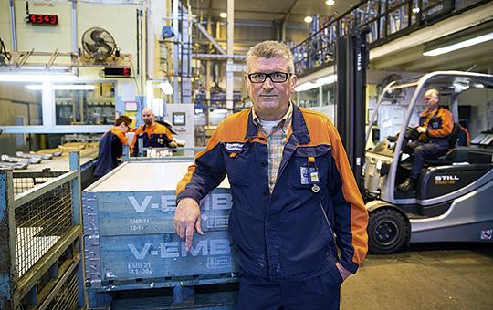 Stålhättan var det som räddade Ante Jonjic från att få foten krossad under en truck. På Volvo i Olofström rapporteras det över 1 000 truckrelaterade incidenter varje år. Foto: HANS-PETER BLOOM