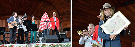 Som karamelodiktstipendiat avtäckt man av ett rödvitrandigt skynke. Carl-Einar Häckner får hjälp av jurymedelmmarna Lotta Ramel och Anders Lundquist under Poveldagen på Skansen på söndagen. Foto: ANDERS WIKLUND