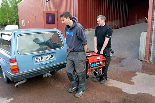 Som medlem i klubben kan Håkan Larsson låna ett elverk över helgen när han ska gjuta plintar till sitt fritidshus. Fredrik Bysell-Hållestam från klubbstyrelsen hjälper till att bära. Foto: NISSE SCHMIDT