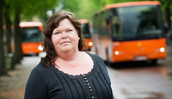 """Bussbolaget Nobina i Karlstad måste skära ner och har anlitat Pia Ågren för att stötta dem som sagts upp. """"Jag kliver in på arbetsplatser där folk är väldigt ledsna. Det gäller att peppa och stötta och låta folk få prata av sig."""" Foto: JOHAN EKLUND"""