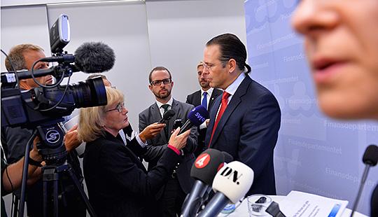 Finansminister Anders Borg pintervjuas av journalister efter att ha presenterat årets budgetproposition  Foto: JONAS EKSTRÖMER