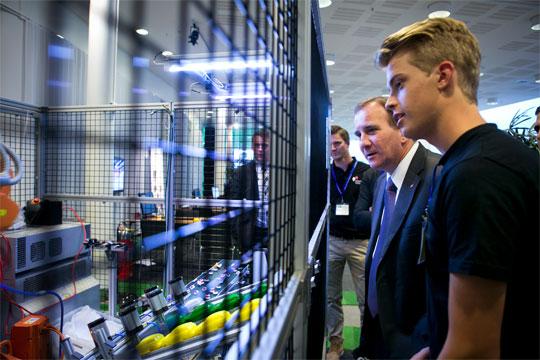 Intressant, tyckte Socialdemokraternas partiordförande Stefan Löfven när Henrik Johansson från Göteborgs tekniska gymnasium berättade om den automatiserade bilfabrik som eleverna har byggt. Foto: NICLAS MAUPOIX