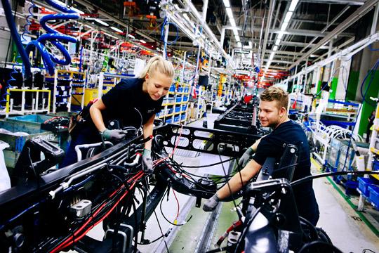 """Matilda Granqvist och Christoffer Boström är   två av 400 arbetslösa ungdomar som antogs till Volvosteget. Fast någon garanti för jobb  efter utbildningen finns inte. """"Jag tar det i så   fall som en bonus"""", säger Christoffer.  Foto: JESSICA BENTSEN"""