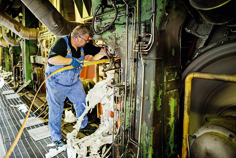 Ska Braviken överleva måste bruket komma på något annat att köra i maskinerna, menar operatören Roger Johansson.  Foto: Henrik Witt