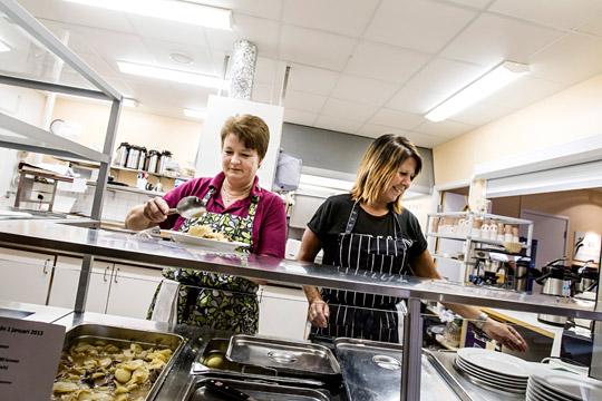 Linda Forssell och Lenitha Ryymin jobbar i köket. Deras män jobbar också här, fast på andra jobb med högre lön. Foto: SEBASTIAN LAMOTTE