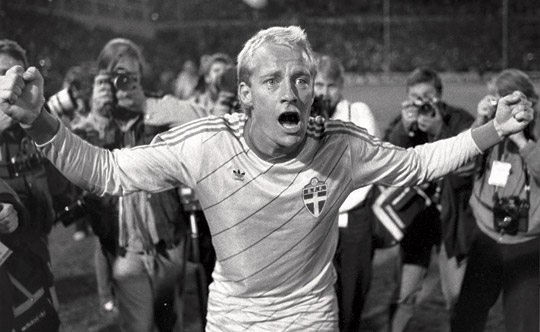 Mats Magnusson kvitterade mot Västtyskland i den avgörande VM-kvalmatchen 1985. Torbjörn Nilsson stod för framspelningen och Mats Magnusson lyfte bollen över målvakten. Det var hans enda bollkontakt i matchen. Foto: TT NYHETSBYRÅN