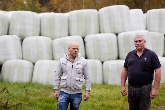 """""""Företaget blockerar en lösning för oss."""" Esad Kasumovic och Bosse Pettersson har redan fått uppsägningen – trots att de lämnar jobbet först den sista mars 2015. Eftersom uppsägningsdagen ligger så långt fram har inget omställningsföretag anlitats.  De uppsagda kommer inte åt sin omställningsförsäkring. """"Trioplast släpper inte en krona trots att de tjänar mycket pengar."""" Foto: NIKLAS MAUPOIX"""