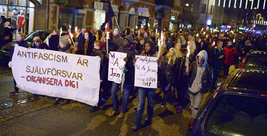 Drygt 500 personer tågade mot rasism i Malmö på torsdagskvällen. Det var en av flera manifestationer mot rasism och nazism har arrangerats efter helgens attack mot en demonstration i Kärrtorp i södra Stockholm.  Foto: JOHAN NILSSON/TT