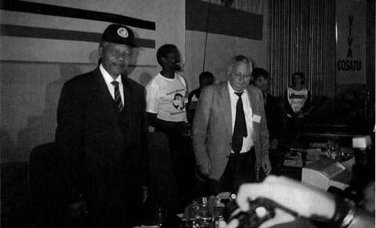 Nelson Mandela och Anders Stendalen på sydafrikanska gruvarbetarförbundet NUM:s kongress 1994. Foto: GRUV