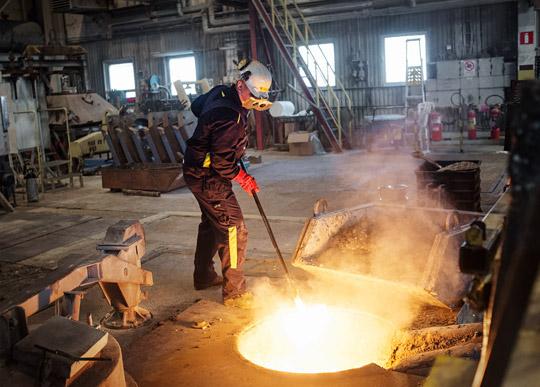 Det är varmt inne vid ugnen. Oskar Friskytt öppnar ugnsluckan för att göra en provtagning. Foto: THEO ELIAS