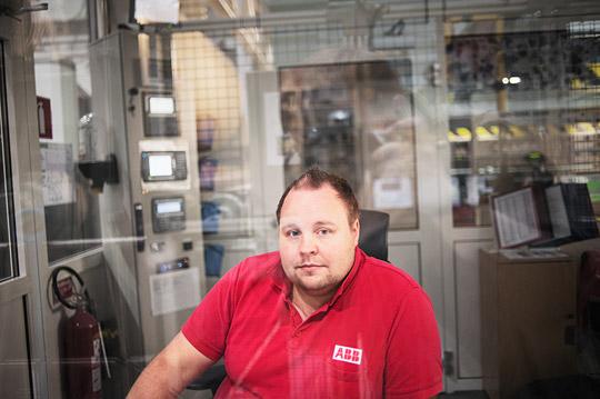 Victor Suomela jobbar inne i hjärtat på bruket. Han är maskinförare och rullar upp massan på valsen. På Figeholm har han varit i sju år. Foto: THEO ELIAS